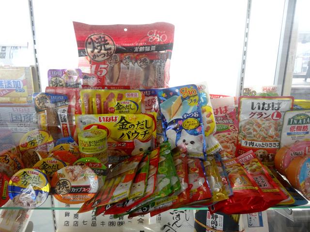 一番見やすい位置には大量の猫のご飯が。由比にいなば食品の静岡本社があるらしい。