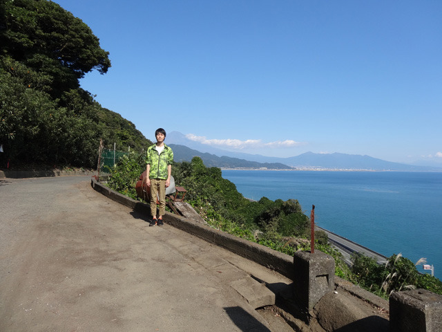 富士山と俺。標識と富士山が一緒に入らないので2枚撮った。