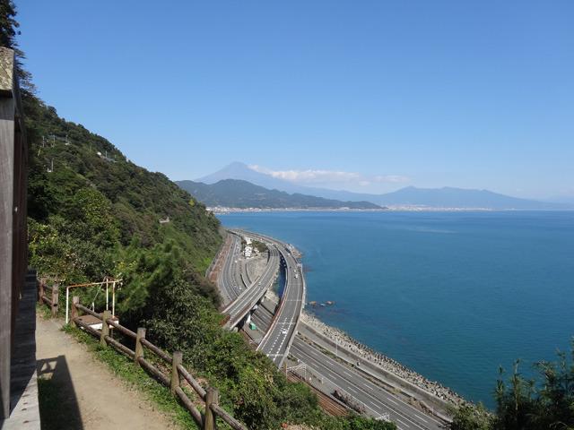 東海道本線、国道1号、東名高速道路と富士山。江戸時代の浮世絵師、歌川広重も薩埵峠から見える富士山を描いている、とのこと。