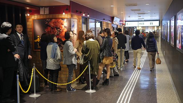 仙台駅には牛たん通りという牛たん店街がある。そこでさえ並んでる