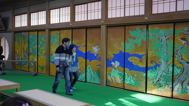 松島に移動。政宗公ゆかりの瑞巌寺へ。ただいま本堂修復中のため屏風絵がプリントだった。つるつるペタペタしていた
