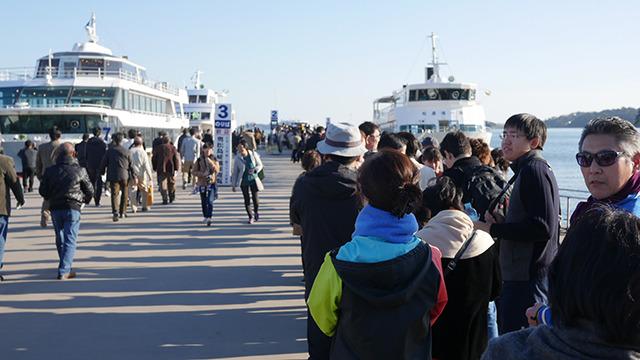 船への列。これ全部乗れるのだろうか。家族でこの列に並びながら強制収容所のドキュメンタリー『ショアー』を思い出していた