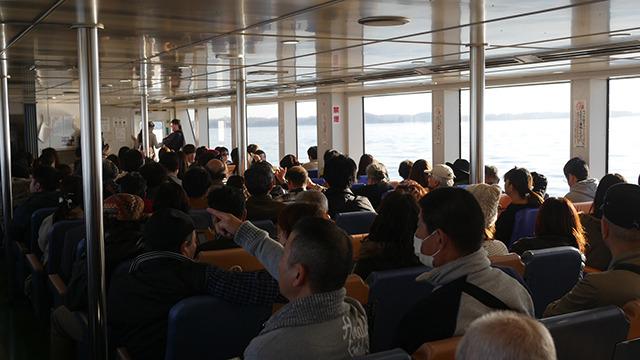 船内では演歌が流れている。演歌が島を盛り上げるのか、島が演歌を盛り上げるのか。どちらでもなくとくに関係がないに一票入れたい。