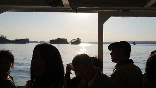 人々が島をみまくる異常な船ともいえる。「有料橋がかかっていて…」のところで「有料橋!?」という声が2件あがった。みんな島まみれになって他のことに敏感になっている
