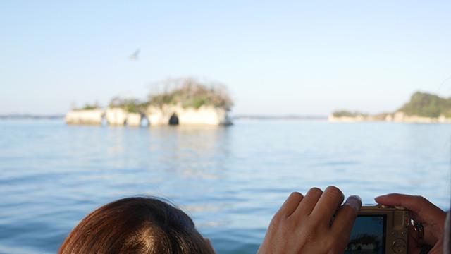 松島湾内をめぐる船でとにかく島を見る。小判に似てるから金島だとアナウンスが入ってはみんな写真に撮る。今だけはこの船にいる間だけはみんな島マニアだ。