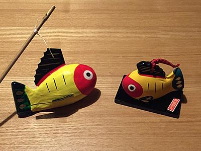 最初のお店で買ったのはこれ「黄鮒(きぶな)」という郷土玩具。昔疫病が流行ったときに黄色い鮒が釣れて食べた病人が治って・・・という定番のもの。