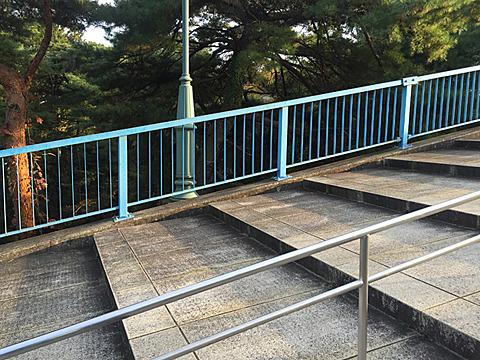 橋にいたるまでの段自体にも傾斜がかかっていて、落ちゆく感覚があってそれなりに怖い。