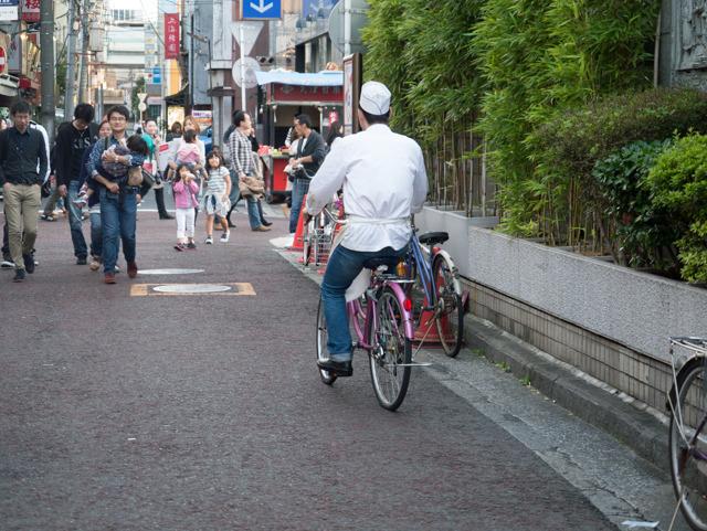 中華料理屋からコックが飛び出してきて、店の前に停めてあった自転車に乗って去っていった。