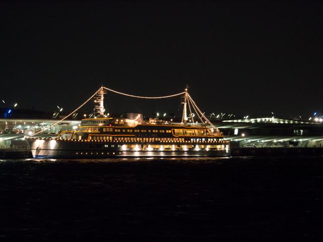 大さん橋からはピカピカの船が出ていた