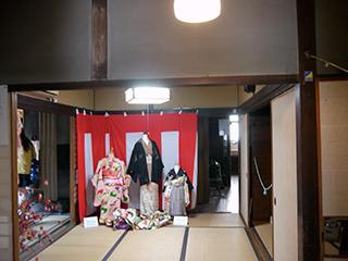 無料で開放されており、昔の着物が展示されていたりする