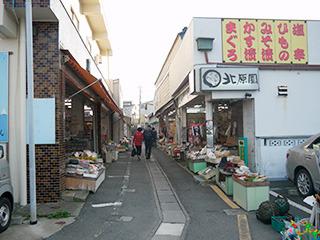 町中には古い商店街があったり