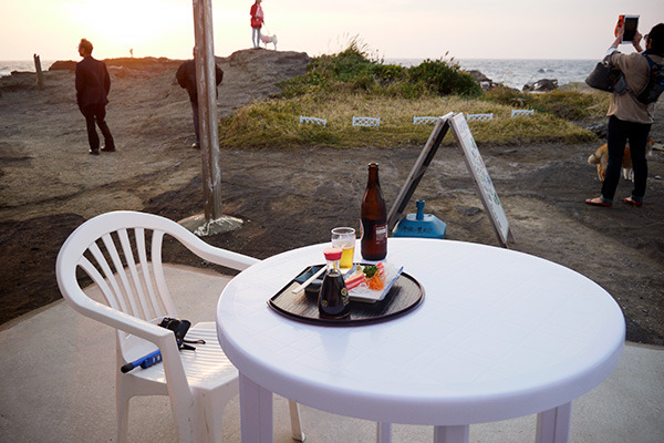 海岸のテラス席で日没見つつマグロ
