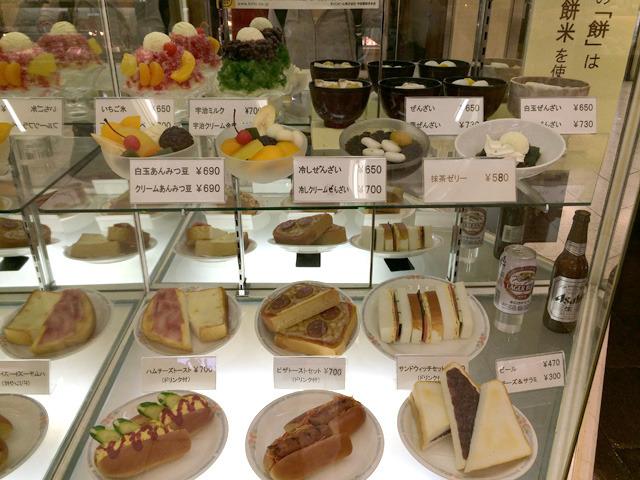 ういろうを買いに名古屋駅の地下街へ。大須ういろは喫茶店併設であった。もえー!