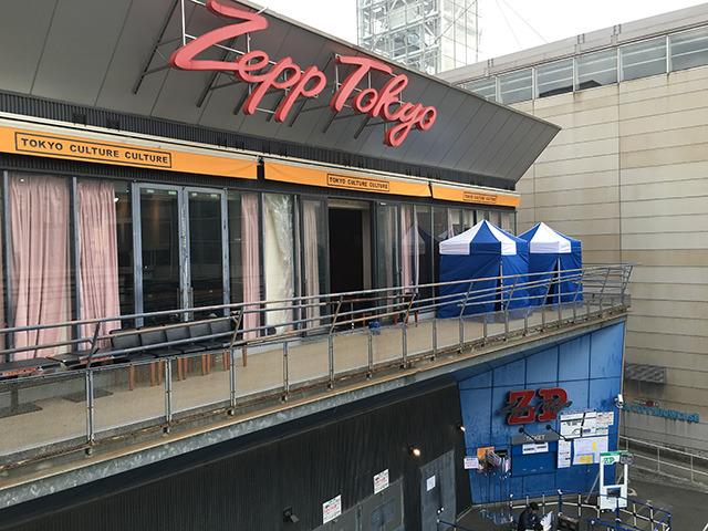 右奥が更衣室のためのテント。まさかのSupported by 林雄司である