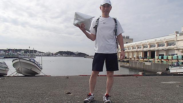 三崎港から板橋の店まで約100km。走ってマグロを届けるのと、宅配便で届けるのではどちらが早いか勝負です。