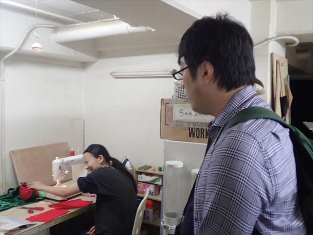 AKBの衣装を縫う工房の小山さん