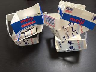 まずは牛乳パックを洗って乾かし、3センチ幅くらいに輪切りにする。はさみでざくっと 適当に切って大丈夫。