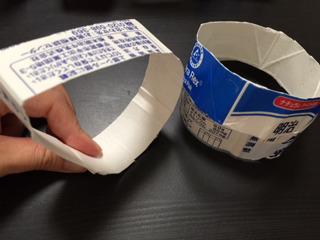 切った紙パックを指で伸ばし、円形にする。