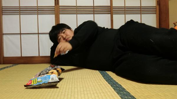 横になって食べるとうまくなるかもしれないと思ったので、試しに寝てみた。