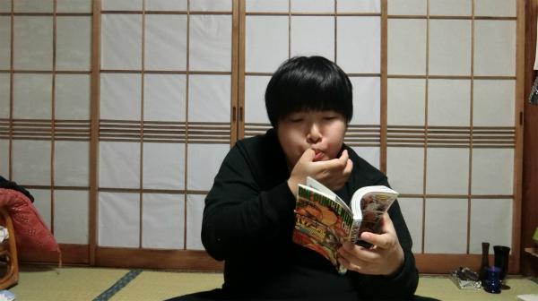 指をなめる場面で一番自然なのは、マンガを読みながらのポテトチップスではないか。ページをめくるときとか、なめませんか?(友人の家では絶対にしないけど)