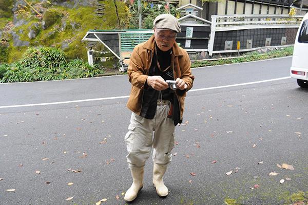 俺の写真を記念に撮った村長。
