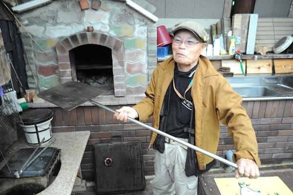 石窯でピザも焼けるという…。石窯を作るのにかかった費用は3700円だって。ええっ…?!