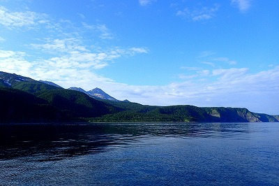 オオカミウオの潜むオホーツク海から知床半島を望む。今年はこの景色を何度も見た。