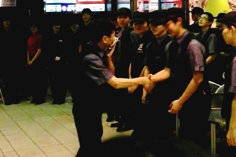 店長が店員ひとりずつと握手をする