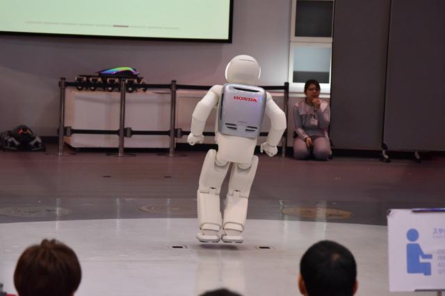 ASIMOが飛んだ! あらゆる身体能力が各段にアップしている