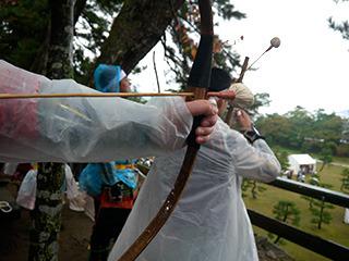 弓に矢を通す
