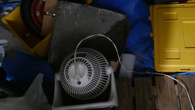 早く乾かすためにサーキュレーターで風をあてる。コンクリートのグリーン席だ