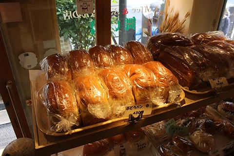 ずらりと並んでる焼きたてぶどうパン。これが店内で食べられるぞ。