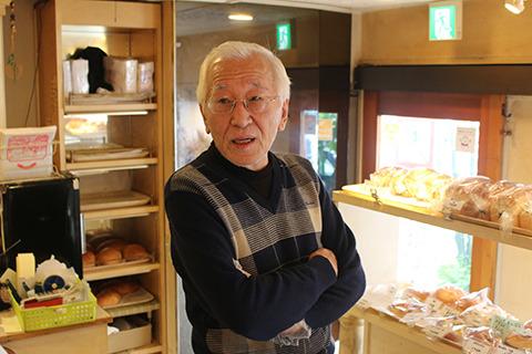 舞い鶴オーナーの梅村さん。パンにすごい量のぶどうを入れてる人だ。