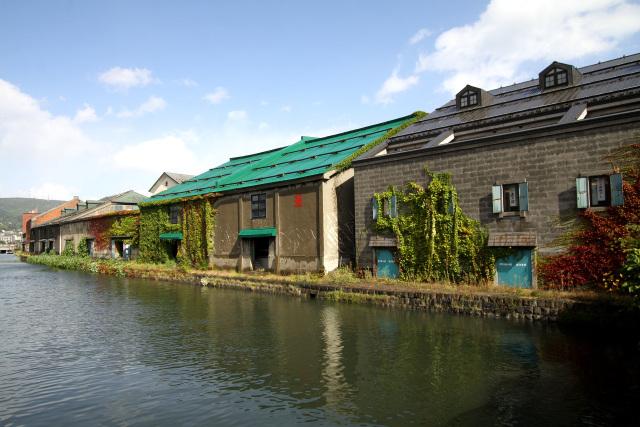 古い倉庫が建ち並ぶ運河で有名な観光地、小樽にも寄りました