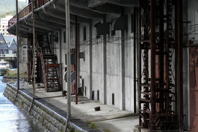 白色のコンクリート壁に、赤茶けた鉄の階段・昇降機が見事に映える