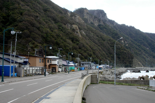 長い長いトンネルを抜けると、山裾に家屋が並ぶ太田集落に到着だ