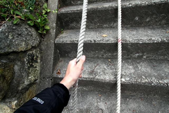 ロープを頼りに、一歩一歩上ります