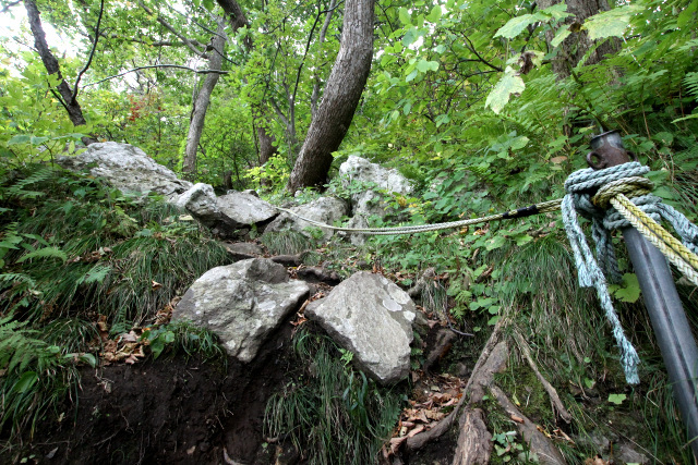 大きな岩が多いのは修験道の霊場に共通する特徴だ