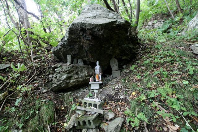 岩の影は信仰の場であり、修行の場でもあったのだろう