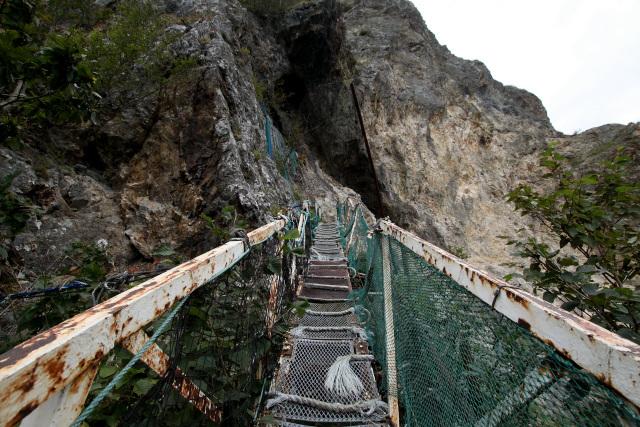 断崖絶壁に架かるハシゴが現れた