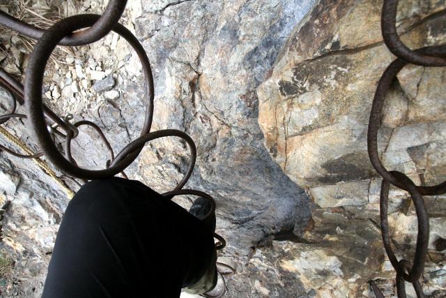 この不安定な鎖に足を掛け、ロープを使って登らなければならないのだ