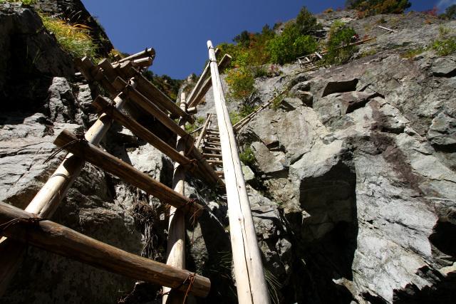 同じように崖を登る箇所もあるが、ハシゴがしっかりしており恐怖は感じなかった
