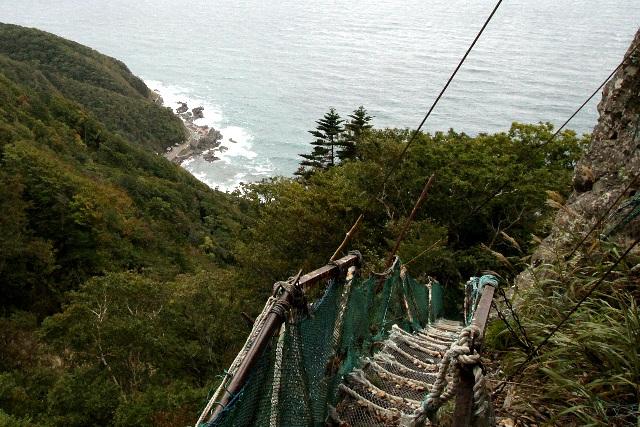 本殿の真下から麓を望む。左上に見える岩場が拝殿の位置だ