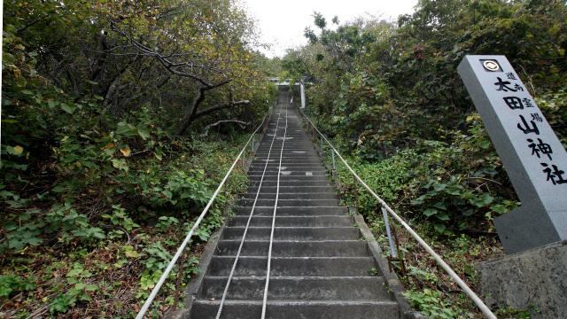 急な石段から始まる太田山神社の参道は、想像を絶するほどの険しさでした