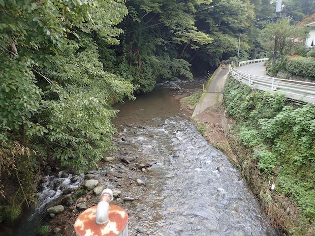 煤ヶ谷のバス停を降りて谷太郎川沿いに歩く。