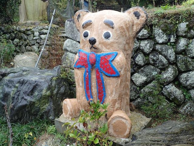 自宅にいる熊。ちょっとナポレオン・ソロかと思った。大きなネクタイが素敵。