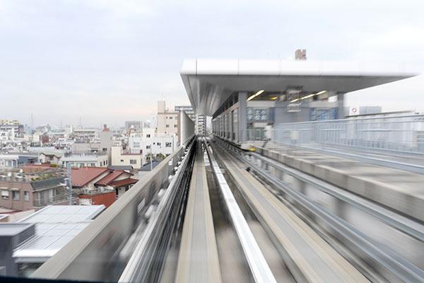 スワーッと駅に滑り込んでいく感じもジェットコースターっぽい!