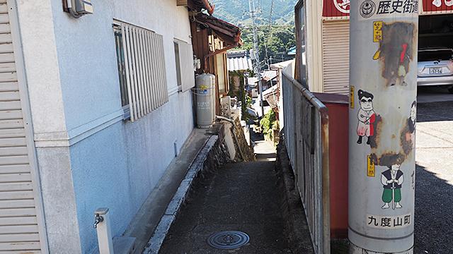 今度は下る。こういった狭い坂道が多くて、東京の神楽坂を思い起こさせる。