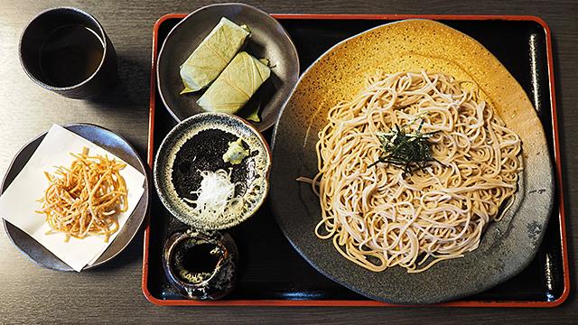 お蕎麦と、柿の葉寿司を頼んだ。合わせて1000円。