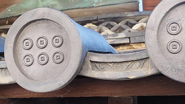 注目は瓦。最初に入った門の宇瓦(平たい部分)はよく見ると「新」と彫られている。